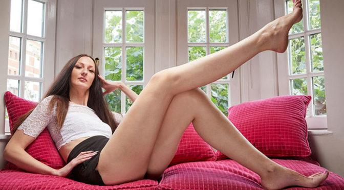 Femeia cu cele mai lungi picioare Update